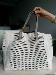 45 Super Ideas For Crochet Bag Messenger Fabrics Crochet Tote, Crochet Handbags, Crochet Purses, Filet Crochet, Abaya Mode, Market Bag, Knitted Bags, Crochet Accessories, Vintage Crochet