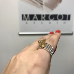 """Cytryn o średnicy 7,3 mm. osadzono """"pod przykryciem"""" srebrnej, ręcznie wypracowanej siatki. Pierścionek posiada złocenia 24kr. złotem. Jewelry Design"""