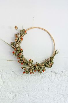 DIY: maak je eigen bloemenkrans! Dried Flower Wreaths, Dried Flowers, Bouquet Champetre, Floral Hoops, Arabic Art, Wooden Rings, Flower Art, Garland, Diy And Crafts