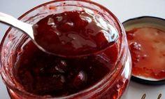 Οι μαρμελάδες είναι πεντανόστιμες. Ειδικά αν είναι σπιτικές. Εμείς σας προκαλούμε να φτιάξετε σπιτική μαρμελάδα φράουλα χρησιμοποιώντας μόνο 3 υλικά! ΥΛΙΚΑ: • 1 κιλό φράουλες • 600 γρ. έως 1 κιλό ζάχαρη • 1/4 φλ. χυμό λεμόνι ΕΚΤΕΛΕΣΗ: • Οι φράουλες πρέπει να είναι ώριμες αλλά γερές. Τι