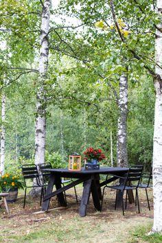 Garden furniture at summer place. Garden Furniture, Outdoor Furniture, Outdoor Decor, Diy Table, Yards, Outdoor Living, Cottage, Camping, Gardening