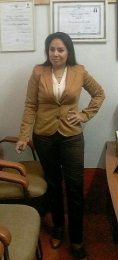 Saco camello, blusa hueso y pantalon marron LUAO.