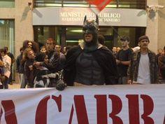 Homem fantasiado de #Batman é #detido por #PMs em protesto contra o uso de máscaras em manifestações (Foto: Isabela Marinho/G1)