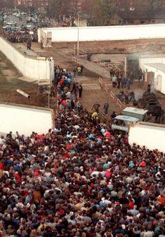 1989 Berlin - Grenzübergang Bernauer Straße am 11.11.1989, zwei Tage nach dem Mauerfall.