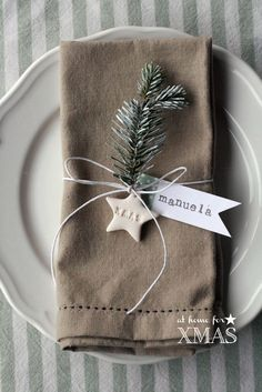 "Christmas Table Settings - ""at home for XMAS"" tutorial segnaposto natalizio Natural Christmas, Christmas Mood, Christmas 2017, Rustic Christmas, Christmas Crafts, Christmas Napkins, Simple Christmas, Christmas Name Tags, Celebrating Christmas"