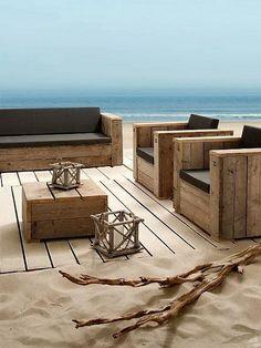 Set von Sofas, Sesseln und einem Tisch mit Paletten für den Strand gestellt, enthält das Set auch eine Bühne mit recyceltem Holz. Sie möchten, dass Sie für mehr Paletten Sofas auss