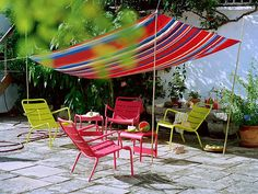 Makeshift Shade - Small Yard, Balcony and Roof Design Ideas on HGTV. I love this idea for a small fenced in patio! Now, just need to get rid of all the mosquitos, lol. Backyard Shade, Backyard Canopy, Garden Canopy, Diy Canopy, Canopy Outdoor, Outdoor Rooms, Backyard Patio, Outdoor Decor, Patio Shade