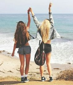 Imagem de girl, beach, and friends