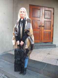 Face Hunter: super over-sized poncho. The styling in this photo is fantastic. I'd stray away from the purse with this outfit