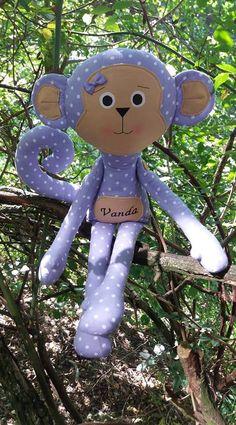 Fialová opička pre Vandu 😊 Tvárička je maľovaná voľnou rukou farbami na textil. Ručičky sú prišité gombičkami.. Opička je vysoká cca 47 cm..
