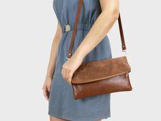 Foldover-Tasche Finja mit Umhängeriemen – Cognacbraun | Velour aus Leder | Foldover Finja | Umhängetaschen | TASCHEN | lille mus