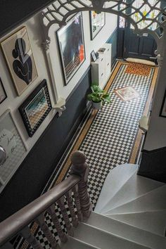 gorgeous modern entry way with stunning art gallery wall. gorgeous modern entry way with stunning art gallery wall. Edwardian Hallway, Edwardian Haus, Edwardian Staircase, Victorian Hallway Tiles, Victorian Flooring, Edwardian Architecture, Interior Architecture, Tiled Hallway, Hallway Flooring
