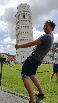 Whoever Said Posing With The Leaning Tower of Pisa Was Boring, Clearly Hasn't Seen These Pics Pisa Tower, Road Trip Europe, Amazing Pics, Creative Photos, Creative Photography, Photography Ideas, Viera, Photos Du, Really Funny