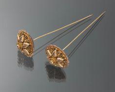 Paar gouden mutsenspelden, gedragen door een vrouw van Tholen. De spelden werden horizontaal achterwaarts in de sluiermuts gestoken, tussen de krullen van het oorijzer. Waarschijnlijk dateren ze uit de periode 1890-1900. Spelden van dit model werden ook gedragen op de Zuid-Hollandse Eilanden. #Tholen #Zeeland