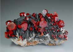 Vanadinita es un mineral del grupo de los fosfatos de apatita, descubrió por primera vez en México en 1801. Se encuentra generalmente en forma de cristales hexagonales rojos .: