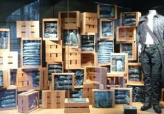 vaqueros expuestos en cajas de madera con un maniquie