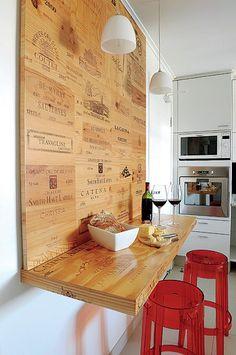 Para retratar a paix�o por vinhos da moradora do apartamento do Itaim Bibi, em S�o Paulo, a arquiteta Mariana Grandi comp�s um canto de refei��es em que a estrela s�o as caixas de madeira das garrafas da bebida