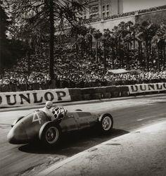 Jean Dieuzaide firmaba sus trabajos como Yan. Su trabajo fue conocido al realizar un reportaje sobre la liberación de Toulouse en la segunda guerra mundial en agosto de 1944, donde realizó el primer retrato oficial a Charles de Gaulle. #photography #car #vintage