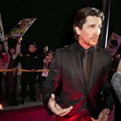 DE LA ZANJA : Batman, Christian Bale, disfruta de un baño en lag...