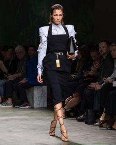 Instagram High Class Fashion, Daily Fashion, Modest Fashion, Fashion Outfits, Versace Dress, Fleece Leggings, Runway Fashion, Womens Fashion, Autumn Inspiration