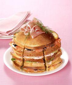 Un panettone gastronomico salato è perfetto come antipasto durante le feste di Natale.