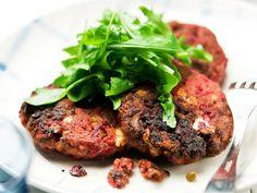 Lindströminpihvit valmistetaan perinteisesti punajuuresta ja jauhelihasta. Pihvien kanssa maistuvat haudutettu sipuli, perunat ja salaatti.
