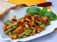 Na pánvi rozehřejeme máslo, vložíme očistěné lišky, celé stroužky česneku, osolíme, orestujeme, podlijeme troškou vody / lišky jsou suché a vodu... Green Beans, Carrots, Vegetables, Food, Essen, Carrot, Vegetable Recipes, Meals, Yemek