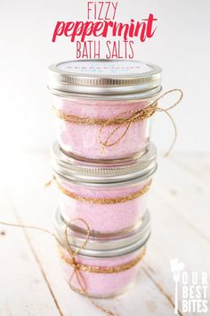 Super easy fizzy peppermint bath salts from Our Best Bites. Inexpensive, quick, and smell like candy canes. homemade gift Fizzy Peppermint Bath Salts-Our Best Bites Diy Lush, Diy Spa, Diy Cosmetic, Bath Salts Recipe, Homemade Bath Salts, Diy Fizzy Bath Salts, Bath Fizzies, Diy Bath Salts Peppermint, Diy Mint Bath Salts