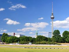 Jaja we zien hier de Fernsehturm, maar als je op het plaatje klikt kom je bij Itur, een site met goedkope treinkaartjes naar (o.m.) Berlijn. Ook Deutsche Bahn (deutschebahn.de) is mogelijk goedkoper dan NS HiSpeed. Belangrijk hierbij is ook TIJDIG boeken! Op Itur.de kun je ook juist weer goede lastminute-aanbiedingen vinden.