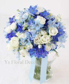 青水色のデルフィニウムと白バラのクラッチブーケ   ys floral deco