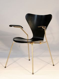 "cinoh: "" First edition Serie 7 armchair by Arne Jacobsen "" Furniture Decor, Modern Furniture, Furniture Design, School Furniture, Mid Century Style, Mid Century Design, Nordic Design, Scandinavian Design, Arne Jacobsen Chair"