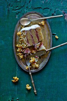 Bolo de baunilha e morango com pipocas caramelizadas