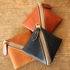 A small purse fitted into your palm. It is well functioned with single hand to open and close.  [Envelope Online Shop] palm purse