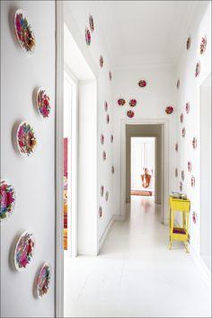 Instalación 'lowcost' creada por Luis Galliussi en el pasillo de su casa con platos de plástico comprados a 0,30 céntimos en París. AD España, © ricardo labougle