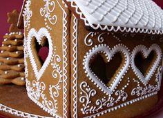 GINGERBREAD HOUSE~ HEART WINDOW házikó