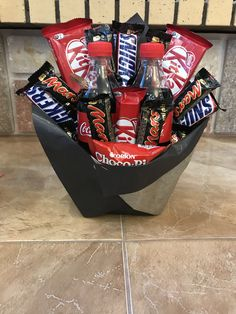 Gift Baskets For Him, Diy Gift Baskets, Diy Christmas Gifts, Valentine Gifts, Craft Gifts, Diy Gifts, Candy Boquets, Food Bouquet, Christmas Feeling