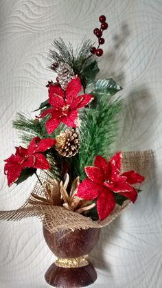 Arranjo natalino feito com casca de coco envernizada, bicos de papagaio,juta importada, fitas,festão,diversas sementes secas e envernizadas e pintadas. R$ 110,00