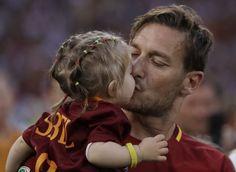 """Volti, striscioni, lacrime, sorrisi e una grande voglia di salutare il """"re di Roma"""": istantanee da dentro l'Olimpico nel giorno dell'addio"""