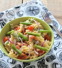 pastasalade met cherrytomaatjes, rode ui, sperziebonen en tonijn.