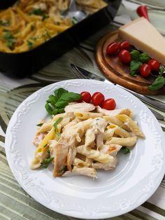 Ibland är det enklaste det godaste och denna rätt är ett ypperligt exempel på det! En riktigt god ugnsbakad pasta alfredo som blir sådär härligt krämig. Med få ingredienser får man till en kalasmiddag, kan inte bli bättre. 4 stora portioner ugnsbakad pasta alfredo 400 g penne pasta 3 st kycklingfilé 1 msk grillkrydda 2 msk rapsolja Såsen: 3 st vitlöksklyftor 1 liter mjölk (valfri fethalt) 5 msk mjöl 200 g riven ost av valfri sort 1-2 st hönsbuljongtärning (justera saltsmaken själv)… Pasta Recipes, New Recipes, Chicken Recipes, Pasta Salad, Penne Pasta, Pasta Alfredo, Swedish Recipes, Food For Thought, Bon Appetit