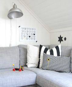 Grijstinten met zwart/wit accent #hoekbank #wanddecoratie