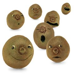 Kiwi Fuzzy Faces Making kiwi faces is a lot like carving pumpkins — with a clever approach (plus a toothpick and some black-eyed peas), you can create an infinite number of moods. Cute Snacks, Cute Food, Good Food, Funny Food, Healthy Meals For Kids, Kids Meals, Eat Healthy, Healthy Snacks, Vegan Cafe
