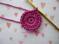 Háčkovaná bekovka se šiltem. :: . Crochet Necklace, Crochet Batwing Tops