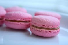 Raspberry Almond Macarons 17 Bright And Tasty Mother's Day Desserts That'll Make Her Proud Raspberry Macaroons, Almond Macaroons, Macarons, Mothers Day Desserts, Just Desserts, Dessert Recipes, Cheesecake Classique, Greek Yogurt Cheesecake, Yummy Treats