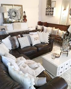 Likes dark leather couches, brown leather couch living room, dark grey couc Home Decor Bedroom, Home Living Room, Interior Design Living Room, Living Room Designs, Living Area, Brown Couch Decor, Brown Leather Couch Living Room, Living Room Decor Dark Brown Couch, Brown Couch Pillows