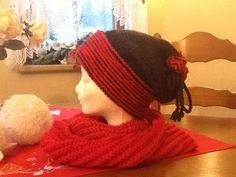 Zimná čiapka hačkovaná tuniským háčikom a k tomu pletený červený kruhový šál