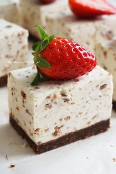 "Sernik ""Straciatella"" (bez pieczenia) || mysweetworld Czech Desserts, Cookie Desserts, Sweet Desserts, Sweet Recipes, Cookie Recipes, Delicious Desserts, Dessert Recipes, Polish Recipes, Eclairs"