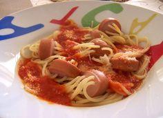 Cómo hacer Espaguetis fantasía. Abrimos la lata de tomate pomodoro, y cortamos a cuartos cada tomate. En una cazo con un chorro de aceite, a fuego lento, agregamos Pasta Facil, Spaghetti, Mexican, Ethnic Recipes, Spaghetti Recipes, Sausages, Garlic, Tomatoes, Noodle