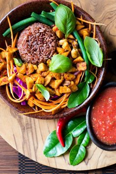 Healthy Food : Bali bowl with tempeh, peanuts and tomato sambal A healthy plant-powered bowl of red rice, salad and Balinese style fried tempeh and peanuts with a fresh tomato and chilli sambal. Bali bowl with tempeh, peanuts and tomato sambal Vegetarian Protein, Vegetarian Recipes, Healthy Recipes, Vegan Meals, Vegetarian Cooking, Simple Recipes, Vegan Foods, Healthy Foods, Free Recipes