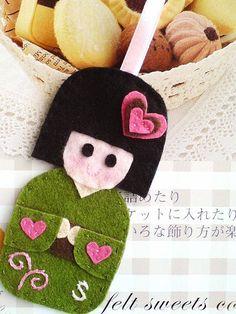 Colgador de muñeca japonesa, kokeshi doll, de fieltro